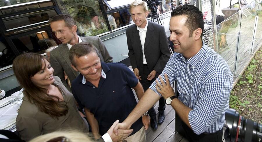 Anders Samuelsen og Kristian Jensen hygger sig med Amin Skov på Vejlegården sidste sommer. Bag dem DF-formand Kristian Thuelesen Dahl