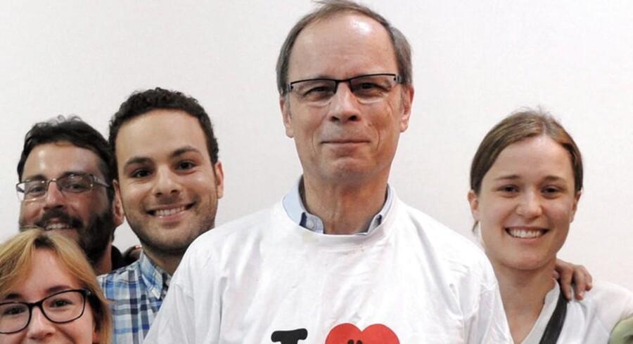 I dag offentliggør den svenske Nobelpriskomite vinderen af årets Nobelpris i økonomi. Her ses sidste års vinder, den franske økonom, Jean Tirole, som poserer for fotograferne med sine studerende ved en pressekonference.
