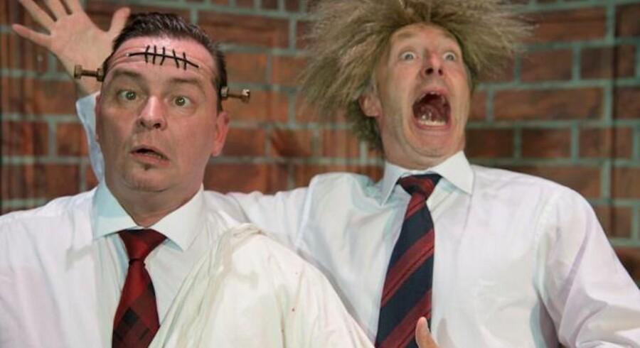 Hul i hovedet: John Batz og Christian Damsgaard for fuld skrue i Bornholmerrevyen. Foto: Anders Beier