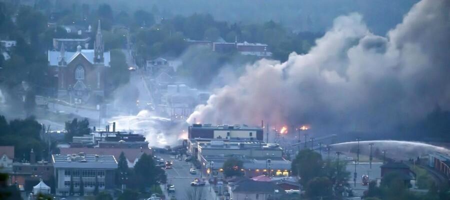 I forbindelse med afsporingen eksploderede flere togvogne. Op mod 30 bygninger i byen blev ødelagt ved eksplosionen, og cirka 1.000 borgere blev evakueret.