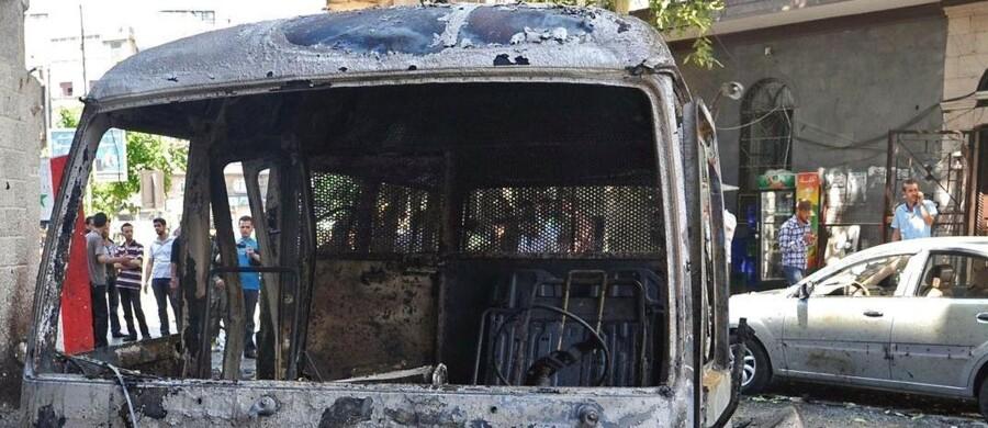 Flere end 90.000 har mistet livet i konflikten i Syrien. Her ses udbrændte biler i hovedstaden Damaskus.
