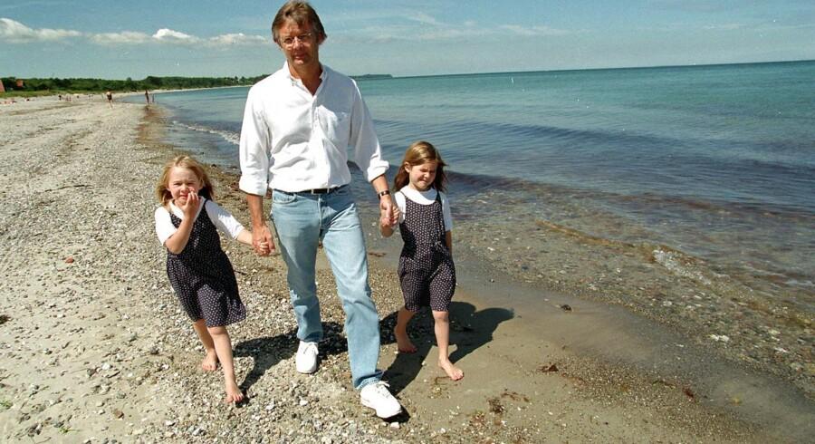 ARKIVFOTO. Filminstruktør Bille August sammen med børnene Asta og Alba på stranden i Hornbæk. Nu er de blevet store og kan selv.