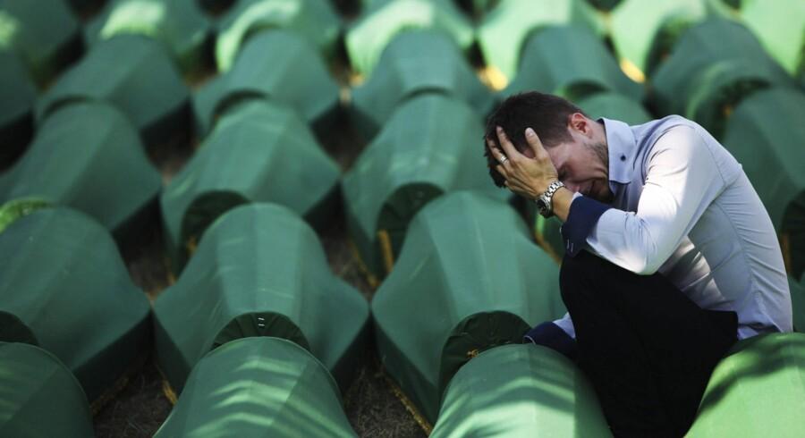 Et »betydeligt antal« sager om krigsforbrydelser vil formentlig aldrig komme for en domstol, erkender OSCE i Serbien. Dermed vil tusinder af efterladte givetvis heller aldrig kunne føle, at der er blevet sat et retligt punktum for drabene på deres familiemedlemmer og bekendte. Billedet er fra begravelsen af 510 nyligt identificerede ofre fra massakren i Srebrenica. Højtideligheden for ofrene fandt sted for et år siden.