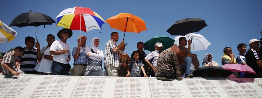 Bosniske muslimer overværer en mindehøjtidelighed ved Memorial Center i Potocari nær byen Srebrenica, hvor flere end 8.000 mænd og drenge blev myrdet i juli 1995 under den voldsomme borgerkrig på Balkan. Nye oplysninger viser, at krigsforbrydere i tusindvis formentlig vil slippe for straf, blandt andet fordi retsopgøret tager alt for lang tid.