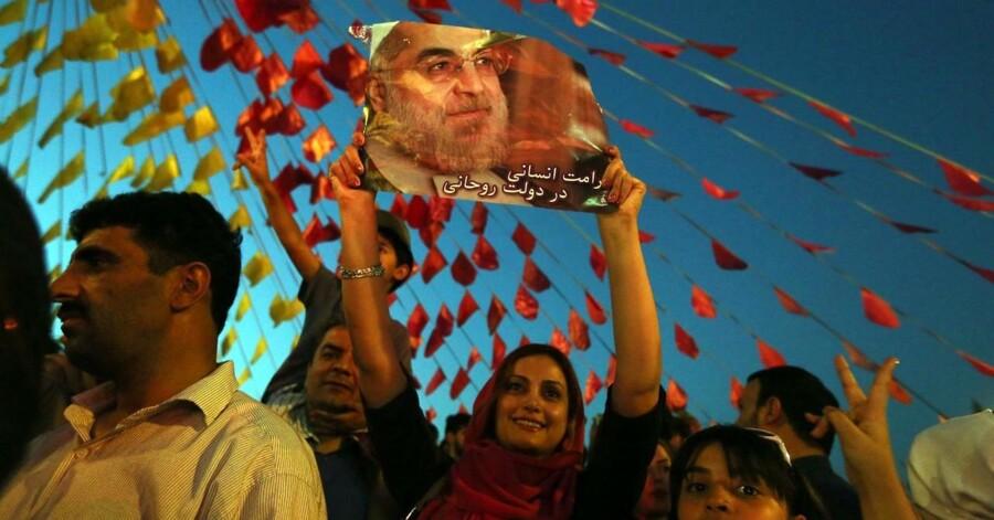Iranere fejrer landets nye præsident Hassan Rohani på Vanak-pladsen i Teheran.
