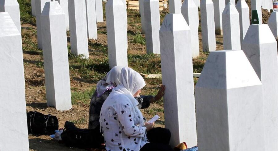 Bosniske muslimske kvinder beder i juli 2012 i Potocari mindelunden i Srebrenica i Bosnien, hvor dræbte i Srebrenica-massakren under krigen 1992-1995 bliver mindet.