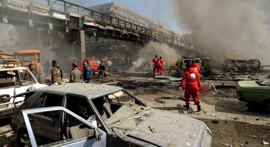 Frivillige fra Røde Halvmåne i Syrien hjælper efter en bilbombe i Damaskus i februar i år. De seneste to år er 20 frivillige fra organisationen blevet dræbt, og samme antal er lige nu fængslet i landet. Foto: EPA