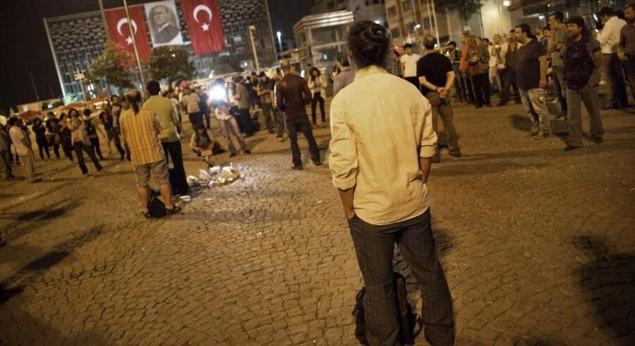 Den tyrkiske koreograf (C) står på Taksim-pladsen under sin stille protest, som fik hundreder af andre til at følge hans eksempel.