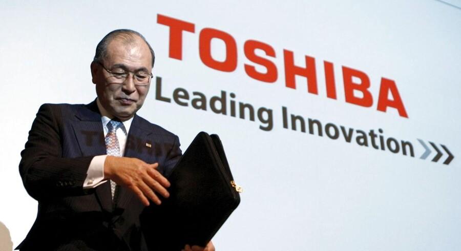 Den japanske computerproducent Toshiba kommer i dag med regnskab for første kvartal i det skæve regnskab.
