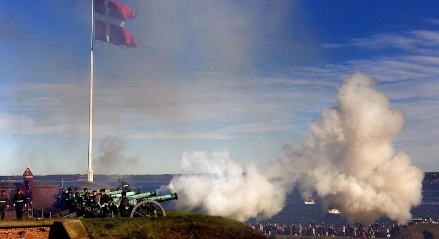 Der blev i dag affyret skud fra Flagbastionens kanoner på Kronborg Slot i anledning af prins Henriks 79 års fødselsdag. En 26-årig soldat fik flere fingre sprængt af og faldt derefter 7-8 meter ned af Kronborgs volde.