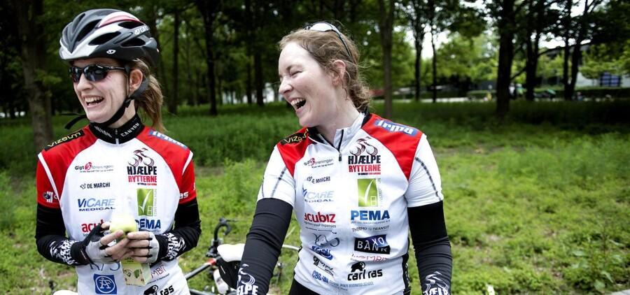 Nicole Hansen og Sara Eisenhardt er netop kommet i mål, efter at have cyklet 132 kilometer for Hjælperytterne, en velgørenhedsorganisation for gigtramte. »Der var god hastighed på. Vi er helt smadrede,« fortæller pigerne, der kun så fire til fem kvinder på den lange rute, de klarede på 4,5 time. I går cyklede de lige 150 kilometer »bare for at varme op«!