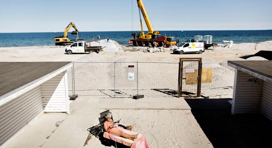 Bellevue Strand er under ombygning og renovering og er derfor lukket for badegæster mens arbejdet foregår. Her er maskinerne i gang torsdag d. 6.juni 2013.