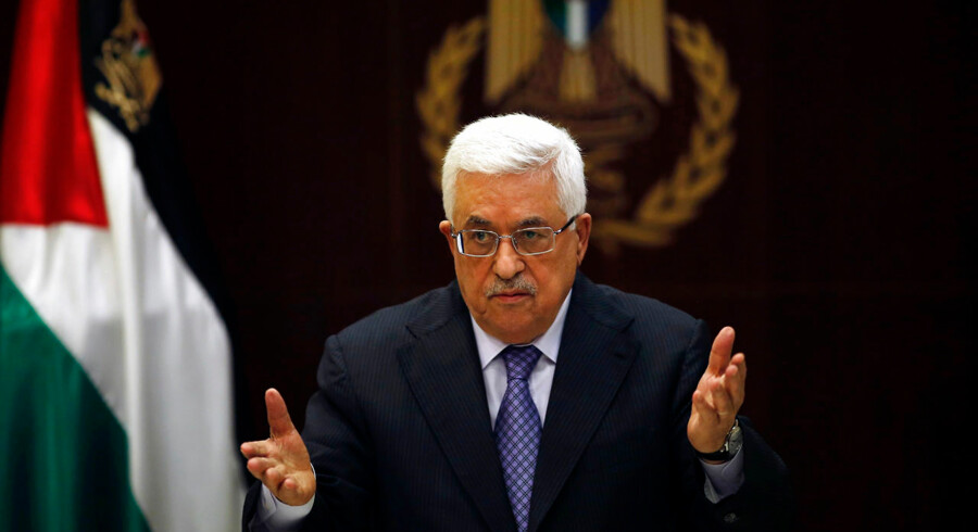 Palestinian President Mahmoud Abbas gestures during a Palestinian Liberation Organization (PLO) executive committee meeting in the West Bank city of Ramallah May 28, 2013. REUTERS/Mohamad Torokman (WEST BANK - Tags: POLITICS)