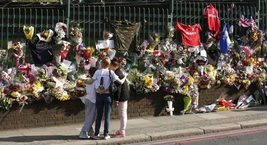 Tusindvis af blomster lagt til minde om den britiske soldat, Lee Rigby i Woolwich i det sydøstlige London.