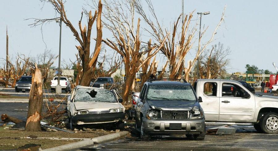 Det kraftige stormvejr medførte pludselige oversvømmelser og hvirvelstorme, der sendte hagl på størrelse med tennisbolde mod jorden.