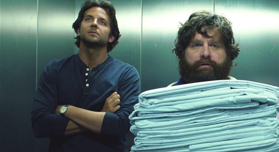 »Tømmermænd tur-retur« er rimelig underholdning, men mangler næsten fuldstændigt den bindegale komik der - på godt og ondt - gjorde de to første film specielle. Her Bradley Cooper og Zach Gaifianakis.