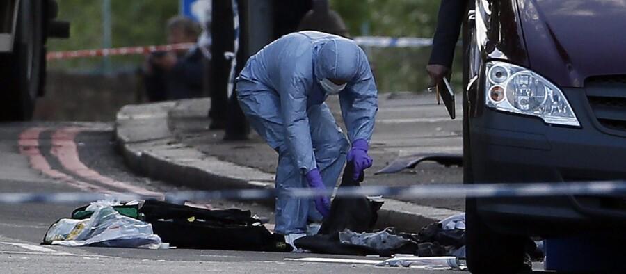 En politibetjent inspicerer gerningsstedet i Woolwich. Foto: Reuters