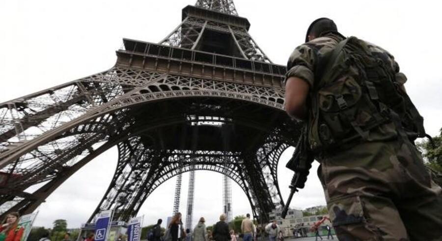 En fransk soldat på vagt ved Eiffeltårnet. Arkivfoto