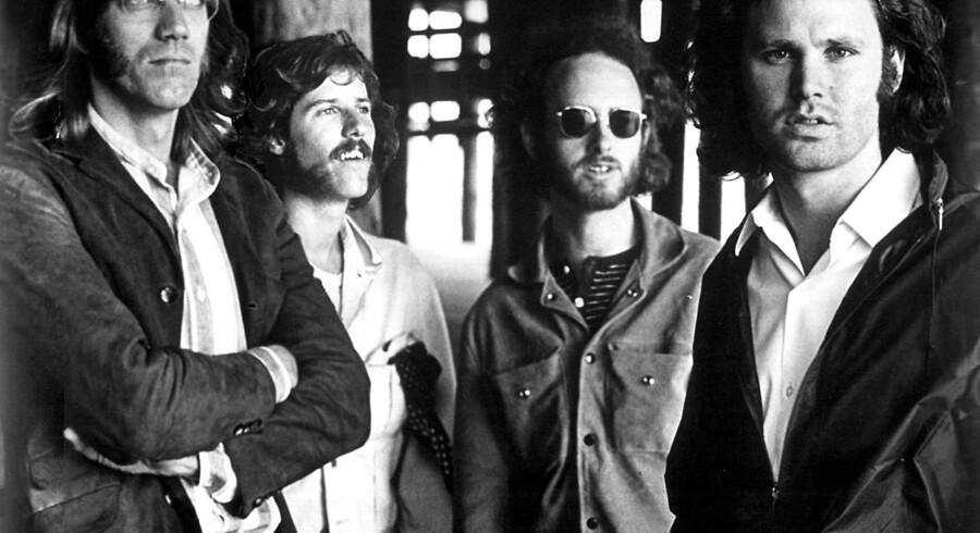 """Mandag d. 20. maj, døde den legendariske keyboardspiller fra The Doors, Ray Manzarek, 74 år gammel. I 1965 var han med til at danne det ikoniske rockband sammen med Jim Morrison. Helt frem til den alvorlige kræftsygdom, der ramte han for tre år siden, spillede han musik og optrådte med The Doors kollegaen Robby Krieger under navnet """"The Doors of the 21st Century"""". Se billederne fra hans liv med The Doors, her."""