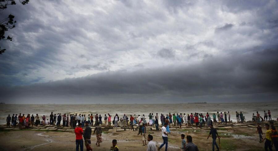Folk stimlede sammen for at se på havet og himlen, mens cyklonen Mahasen trak op.