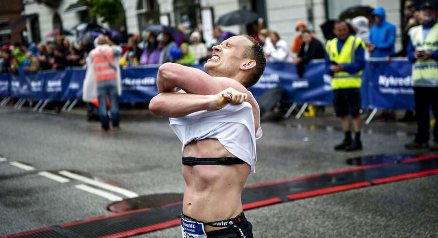 Vejret begyndte gråt, og undervejs i løbet faldt regnen fra store, tunge skyer på de 11.000 løbere, der deltog i årets Copenhagen Marathon.