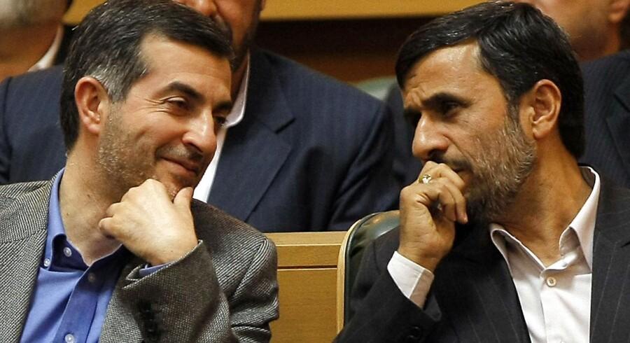 Den iranske præsident Mahmoud Ahmadinejad (th.) sidder her sammen med sin stabschef Esfandiar Rahim Mashaie, som han vil kæmpe for kan få lov at stille op til det kommende præsidentvalg.