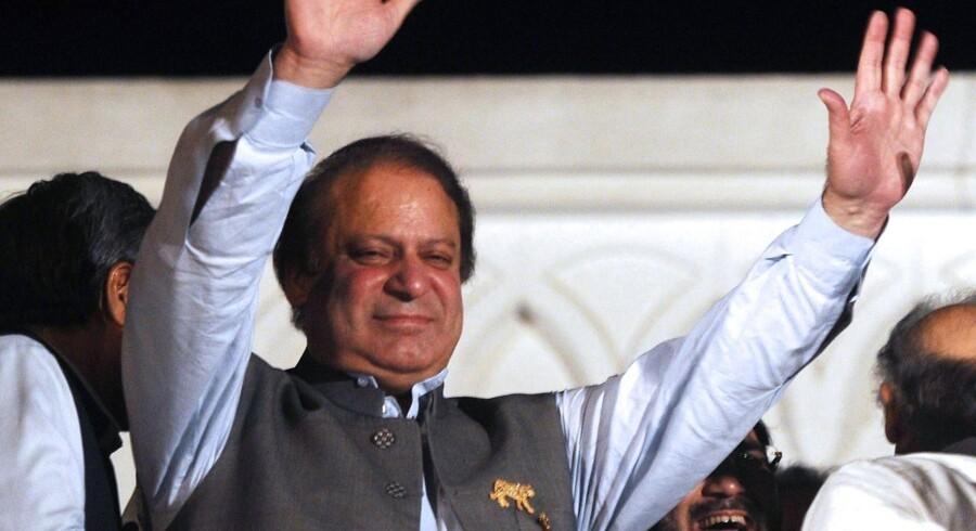 Både USAs præsident, Barack Obama, og Indiens premierminister, Manmohan Singh, har været ude at lykønske Nawaz Sharif med sejren.