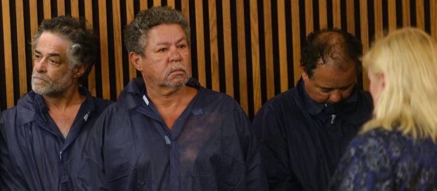Onil Castro (længst til venstre) og Pedro Castro (i midten), bror til den hovedmistænkte Ariel Castro (til højre), sagde søndag i et interview med den amerikanske tv-station CNN, at de to brødre for evigt vil være forfulgt af mistanke efter anholdelsen, selv om de to - hævder de - ikke vidste noget om, at Ariel Castro havde kidnappet de tre kvinder i sit hus. De to brødre blev løsladt kort efter dette billede blev taget i retten 9. maj.