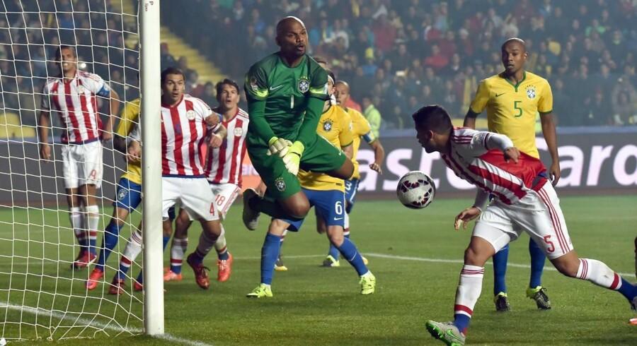 Brasilien i hård kamp mod Paraguay under dette år sydamerikanske mesterskaber Copa America, der blev spillet på græs fra Danmark.