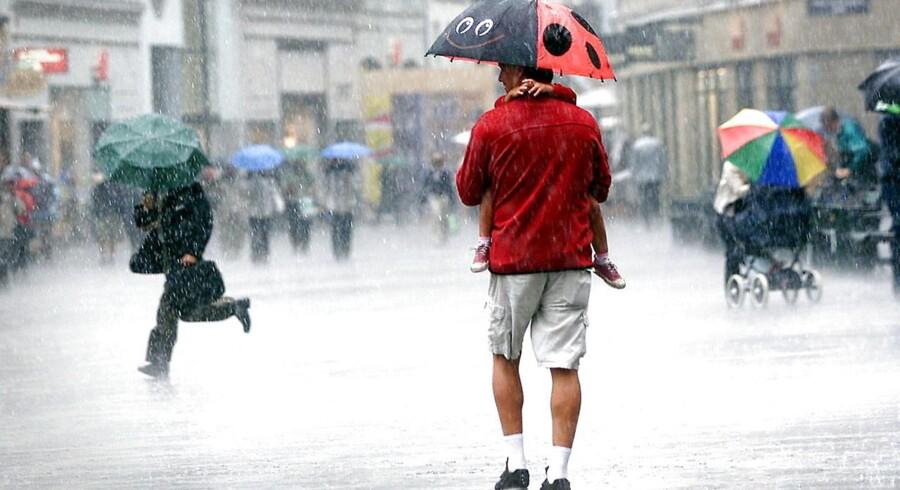 ARKIVFOTO. Efter en periode med lunt og tørt vejr skal danskerne nu finde paraplyerne frem.