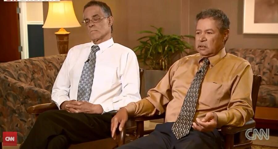 Onil Castro (tv) og Pedro Castro (th) - brødre til Cleveland-kidnapperen Ariel Castro - gav søndag et længere interview med CNN.