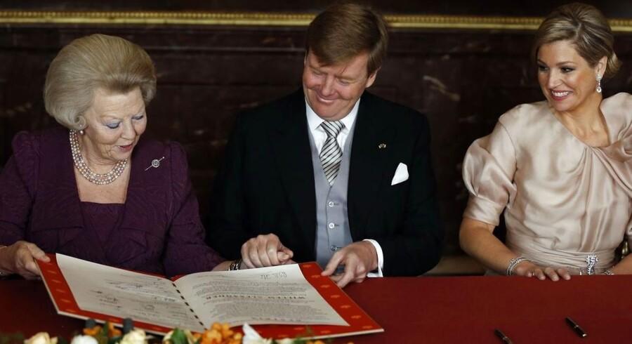Den hollandske dronning Beatrix er abdiceret, og hendes ældste søn har nu overtaget tronen. Dagen indledtes med Dronning Beatrix' officielle abdikation. Der skulle sættes underskrifter af både den afgående dronning og den kommende konge, Willem-Alexander.