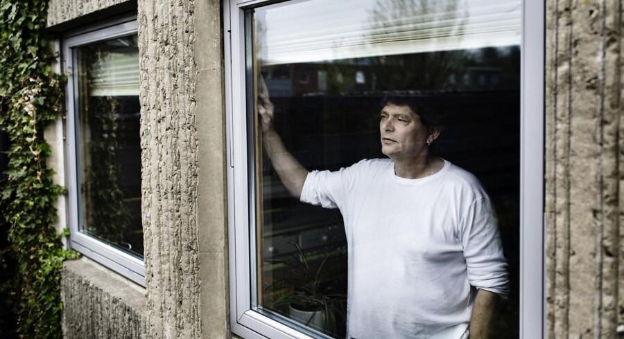 50-årige John Dybdahls toårige dagpengeret udløb i februar, og han står nu helt til at miste sit forsørgelsesgrundlag til august, når han ikke længere får den midlertidige uddannelsesydelse. Det betyder, at familien på fire skal leve af hans kone Gittes løn som social- og sundhedshjælper. Lige nu bor familien i et rækkehus i Hvidovre, men John Dybdahl frygter, at de bliver nødt til at flytte til noget mindre med de to hjemmeboende sønner, Mads på 21 og Andreas på 18 år.