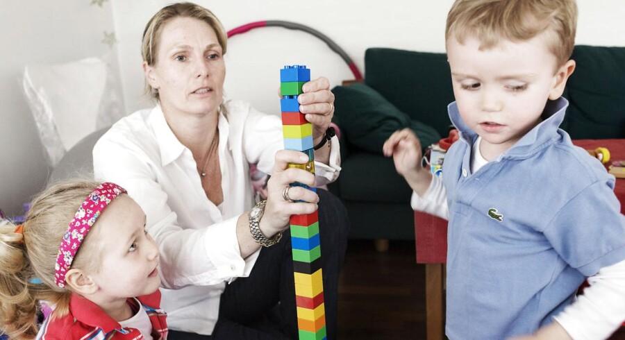 Charlotte Raahauge med sine to børn, Laura på fire år og Daniel på to. Begge børn har astma. Foto: Claus Bech