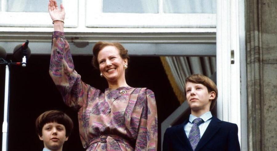 Traditionen tro lader Dronning Margrethe sig hylde af folket på sin fødselsdag og det gælder også i dag, hvor Dronningen fylder 74 år. I år er Amalienborgs balkon dog skiftet ud med verandaen på Marselisborg Slot i Århus, hvor Dronningen og resten af den kongelige familie kommer ud og vinker til publikum, der i dagens anledning får adgang til Slotshaven. Vi siger tillykke og ser tilbage på nogle af de tidligere balkonscener - her fejrer vi regentens 42 års fødselsdag i 1982.