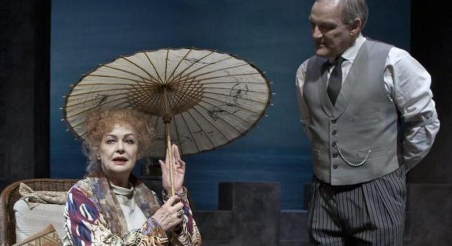 """Ghita Nørby som den aldrende Sarah Bernhardt i kært samspil med Preben Kristensen i """"Sarah"""" på Folketeatret"""