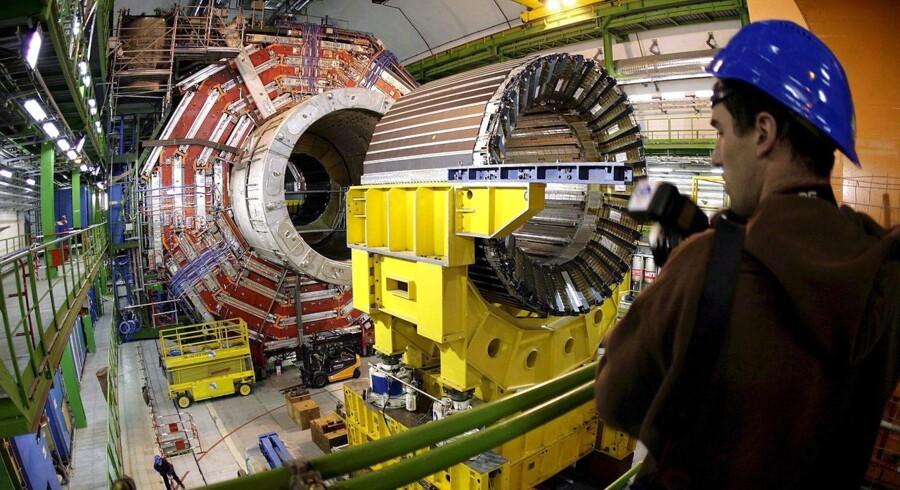 Den vældige partikelaccelerator LHC hos CERN, den europæiske organisation for nuklear forskning, med hovedkvarter i Schweiz har en magnetkerne, som kræver meget energi til nedkøling for at kunne fungere. Nye typer af såkaldt grønne magneter eller permanentmagneter fungerer, uden at det kræver tilsvarende store energiressourcer. Arkivfoto: Martial Trezzini/EPA