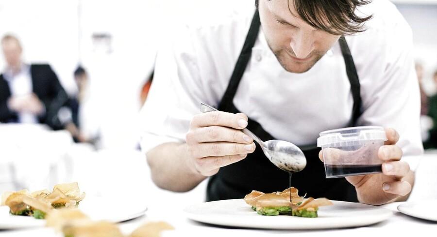 René Redzepi og hans hold på Noma høster ikke bare Michelin-stjerner for deres mad. De høster også græs og firkløvere til maden på fodboldbanerne på Kløvermarken, og det har nu bragt restauranten en politianmeldelse på nakken. Arkivfoto: Nikolai Linares