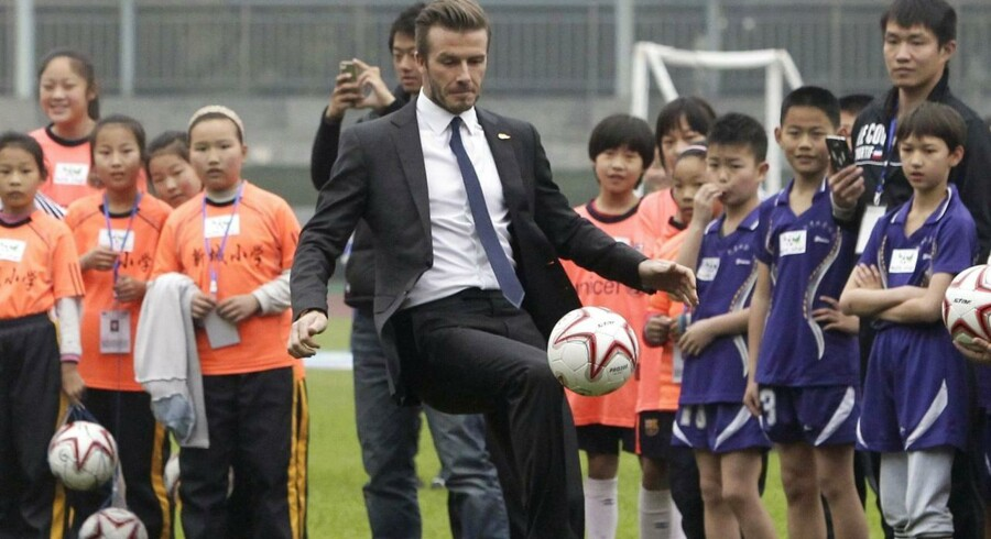 Fodbold-superstjernen, David Beckham, spiller lidt med unge kinesiske spillere på et stadion i Wuhan-provinsen i Kina.