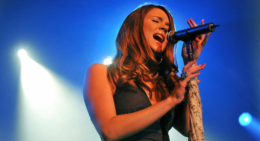 epa02048186 British singer Joss Stone performs during her concert in Munich, Germany, 22 February 2010. EPA/FELIX HOERHAGER