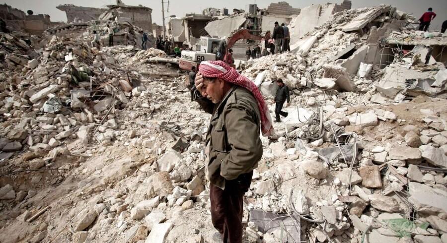 En mand i et Aleppo-kvarter leder efter overlevende oven på et af de daglige bombardementer. Store dele af Aleppo ligger i ruiner. De, der kunne, er flygtet. Resten forsøger at overleve.