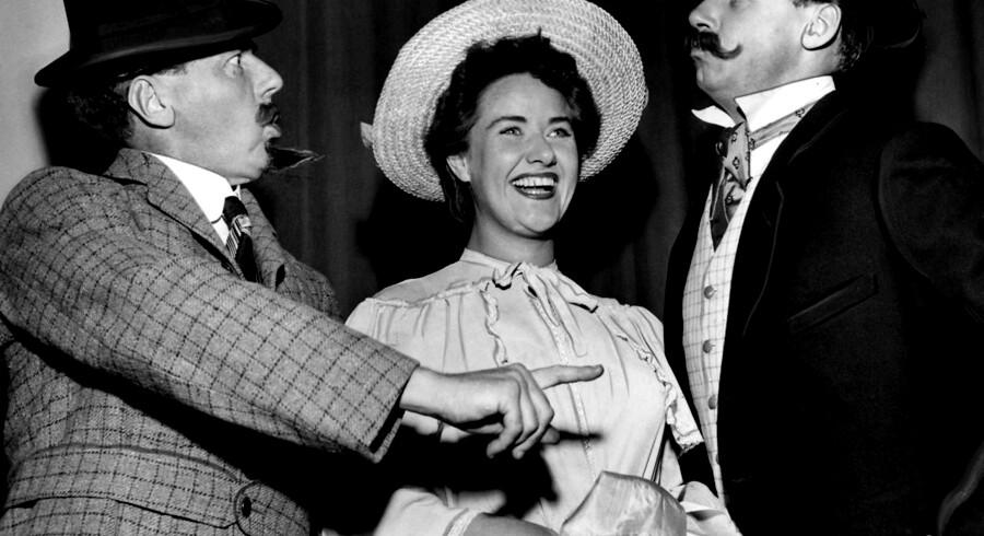 1954: Fra prøverne på journalistforbundets nat revy i Tivolis Koncertsal i anledning af 50 års jubilæet ses i 1904 dragter Preben Neergaard, Bodil Udsen og Ole Monty.