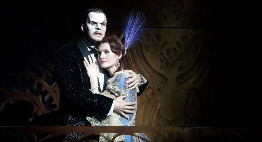 """Bo Kristian Jensen og Louise Fribo i """"Love Never Dies"""", som publikum har taget til sig på Det Ny Teater. Nu får musicalen en ny chance hjemme i England."""