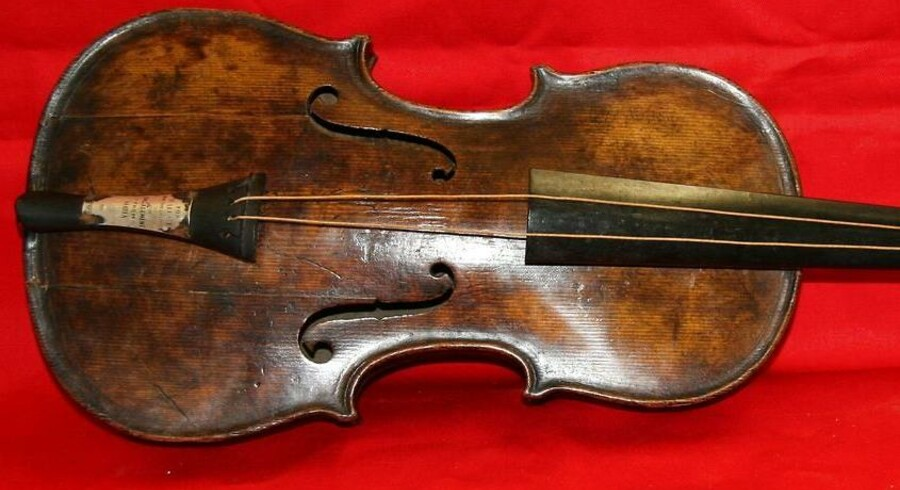 Et foto fra auktionshuset Henry Aldrige and Son viser violinen, der spillede, da Titanic gik ned. Violinen, der tilhørte skibets orkesterleder Wallace Hartley, blev fundet sammen med Hartleys lig ti dage efter forliset. Nu skal den under hammeren.