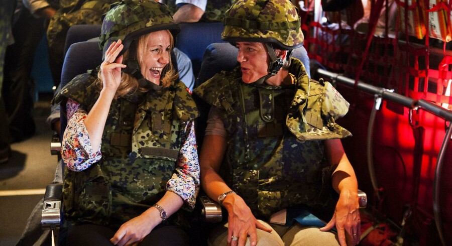 Statsminister Helle Thorning-Schmidt og Margrethe Vestager på officielt besøg i Benghazi. Her ses de under indflyvningen.
