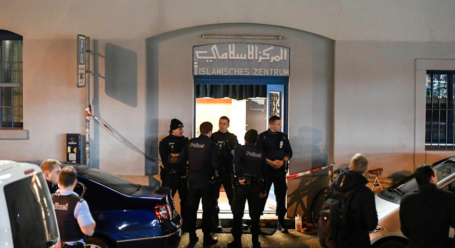 epa05682603 Policemen secure the area in front of the Islamic center after a shooting in Zurich, Switzerland, 19 December 2016. Three people were injured at the shooting near Zurich's main railway station. According to the police, the attackers are still on the run. EPA/ENNIO LEANZA