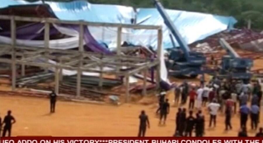 Mindst 100 mennesker omkom, da en kirke styrtede sammen lørdag i byen Uyo i det sydøstlige Nigeria, siger en lokal indbygger og en fotojournalist, som søndag besøgte byen. Reuters/Reuters Tv
