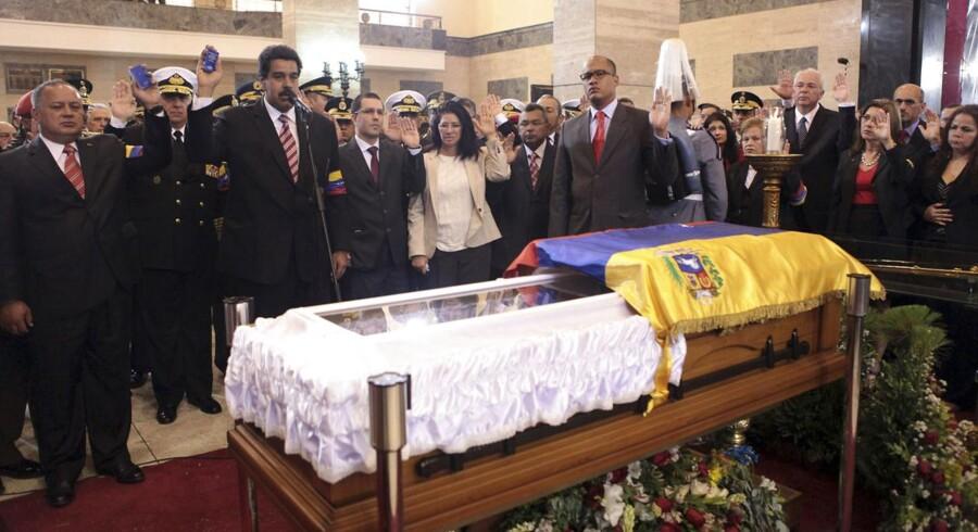 Hugo Chavez' højre hånd, Nicolas Maduro (ved mikrofonen foran Chavez' kiste), har varetaget præsidentposten siden »kommandantens« død, og Maduro er også favorit til at vinde det kommende præsidentvalg. Maduros værste konkurrent bliver formentlig Henrique Capriles, der er frontfigur for oppositionen.