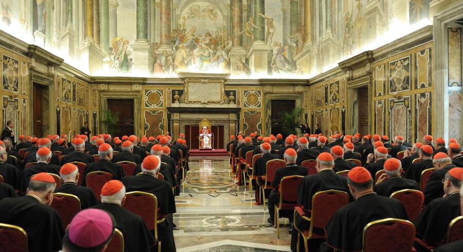 Alle kardinalerne er samlet for at høre pave Benedict XVI tale for sidste gang.