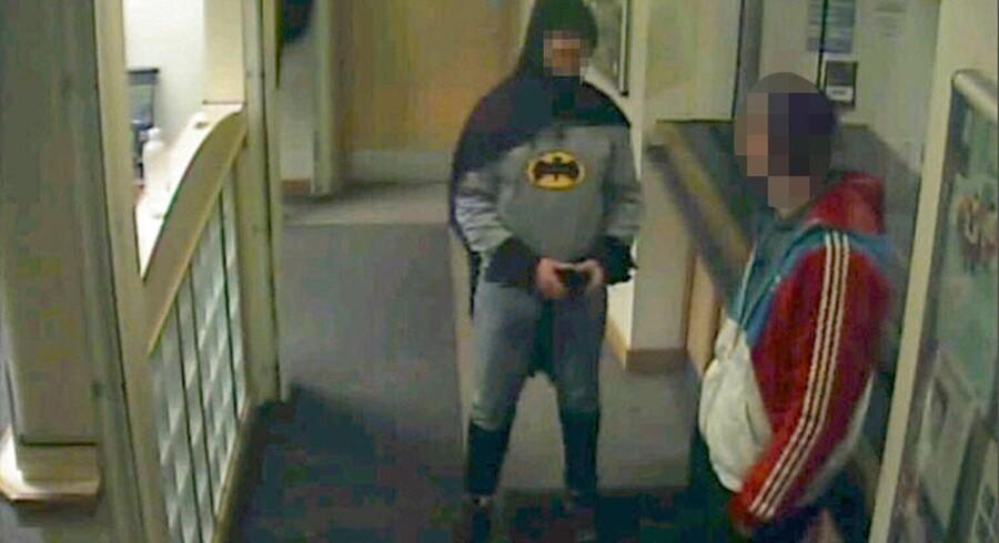 De vagthavende betjente på en politistation i Bradford i det nordlige England fik sig noget af en overraskelse, da ingen ringere end Batman dukkede op, for at aflevere en efterlyst tyv i sidste uge. Stationens overvågningsudstyr nåede at få dette billede af den hætteklædte forbryderjæger.